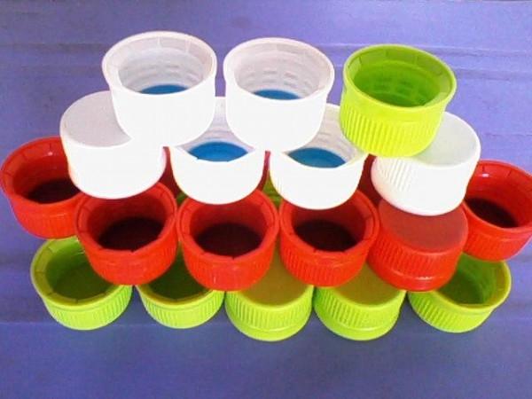 Sản phẩm giỏ xách làm từ nắp chai nhựa