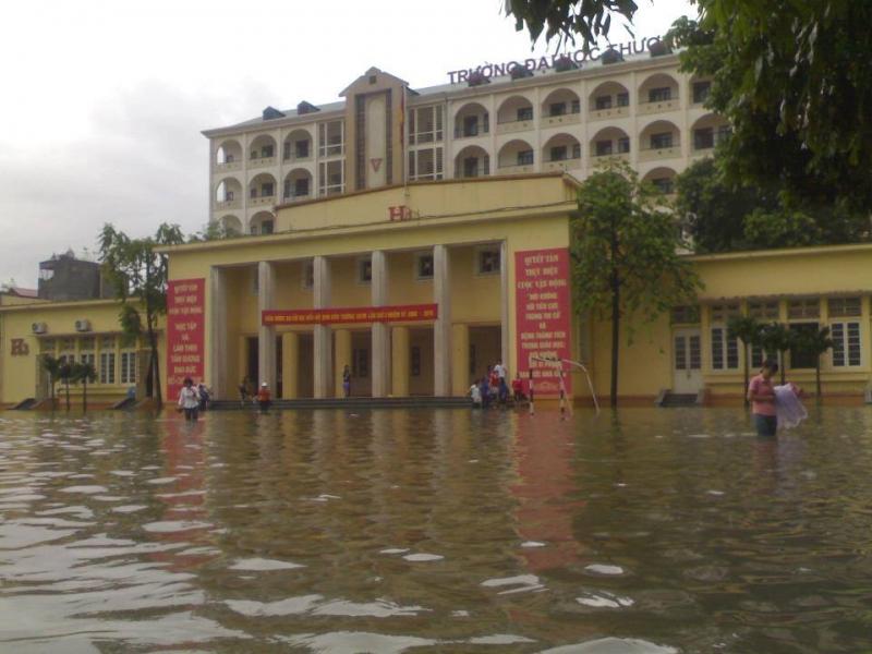 Sân trường biến thành hồ khi trời mưa