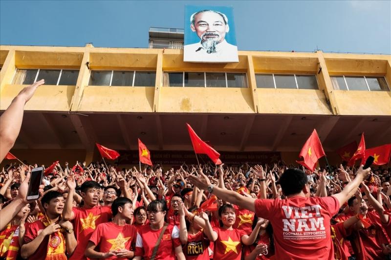 CĐV sân vận động Hàng Đẫy cỗ vũ đội tuyển Việt Nam
