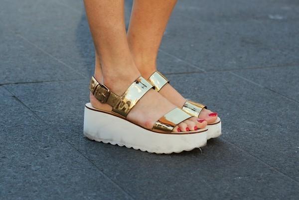 Sandal ánh kim giúp bạn nổi bật giữa đám đông