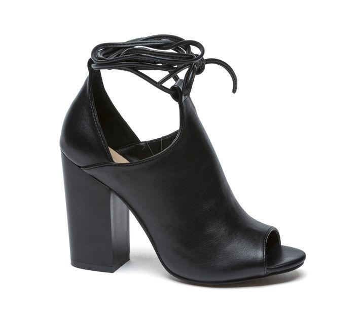Sandal monochrome với thiết kế ôm chân, tôn dáng