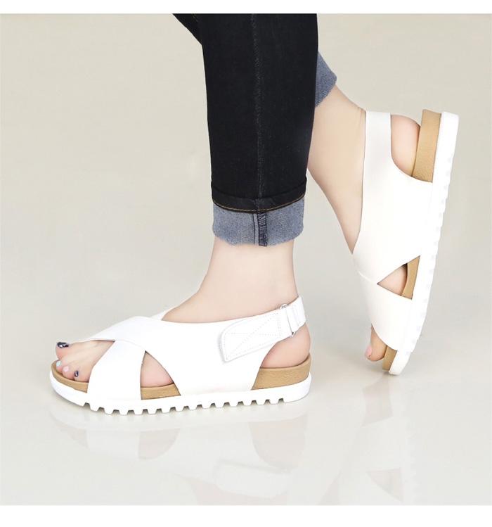 Sandal quai X màu trắng giúp bạn trông nổi bật hơn