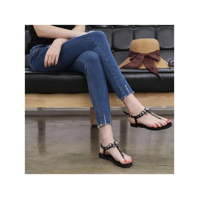 Sandal T-strap giúp bạn khoe trọn đôi chân mảnh mai