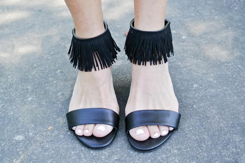 Sandal với phần tua rua quanh cổ chân nổi bật