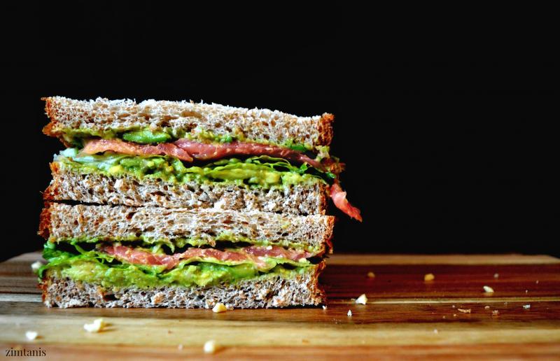 Sandwich kẹp bơ cá hồi