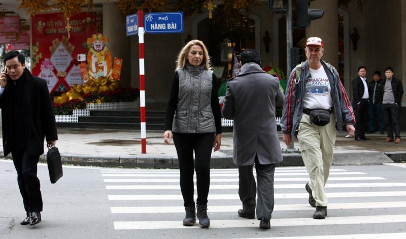 Sang đường đúng cách tại điểm có vạch vôi dành cho người đi bộ