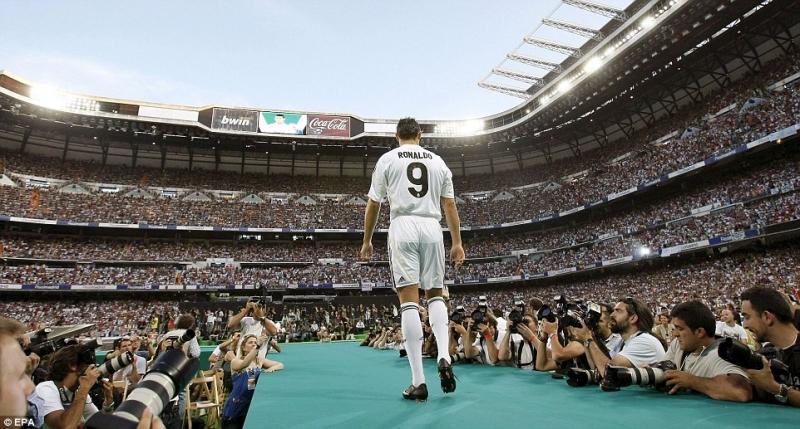 Santiago Bernabeu ngày ra mắt Cristiano Ronaldo
