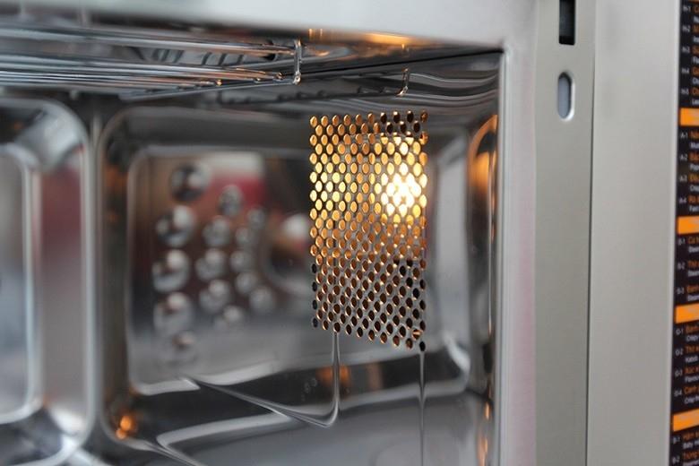Đèn chiếu sáng giúp theo dõi quá trình nấu nướng