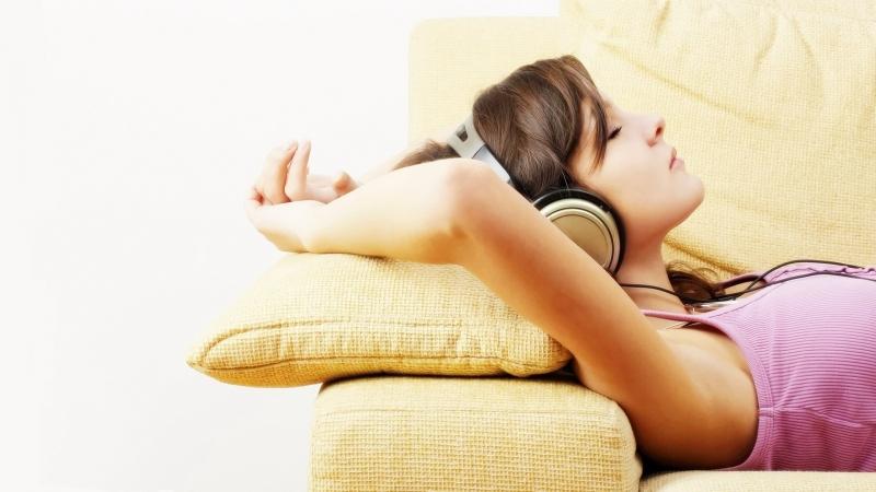 Thư giãn và nghỉ ngơi sớm trước ngày thi sẽ làm giảm áp lực, tạo tinh thần thoải mái