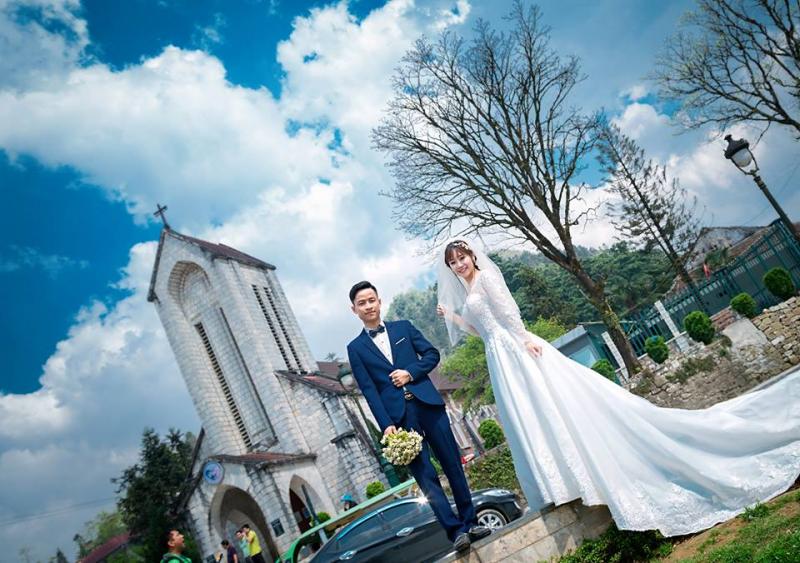 Chụp ảnh cưới tại Nhà thờ Đá Sapa