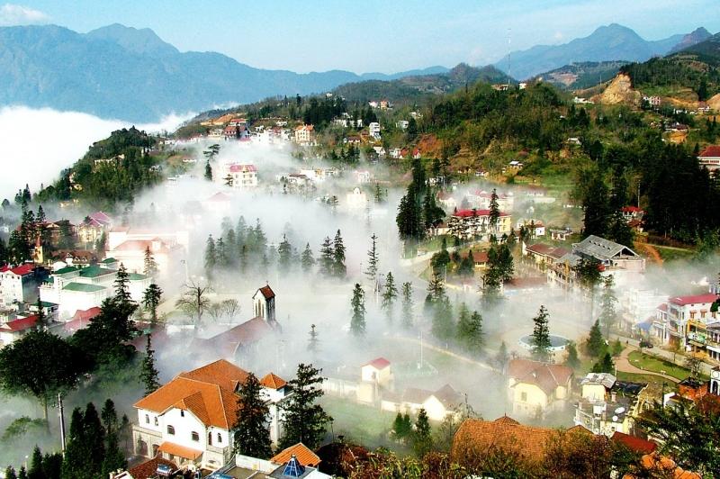 Sa Pa vào buổi sáng sớm, tràn ngập trong sương mù.