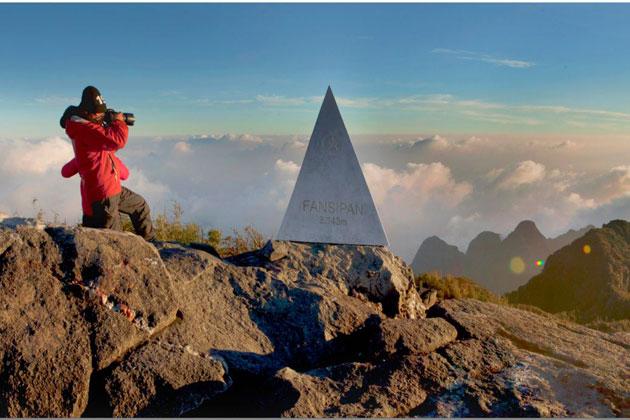 Đứng trên đỉnh núi cao nhất ngắm nhìn những dải mây trắng bồng bềnh dưới chân thật tuyệt vời.