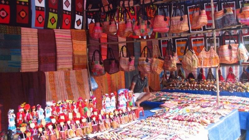 Gian hàng ở phiên chợ Sapa