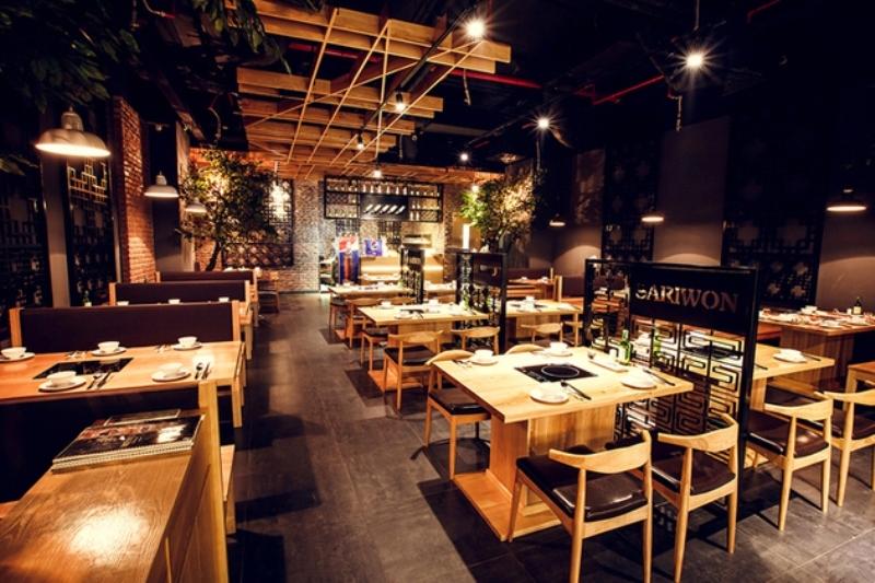 Không gian rộng rãi, thoáng đãng tại nhà hàng Sariwon với gam màu chủ đạo là vàng nhạt