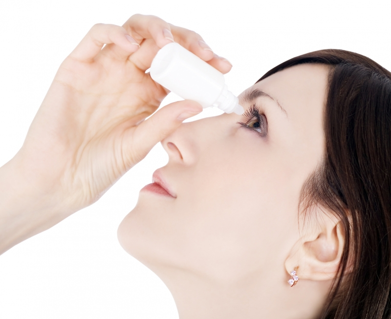 Sau khi nhỏ thuốc mắt, bạn nên ấn hốc mắt trong 3 phút