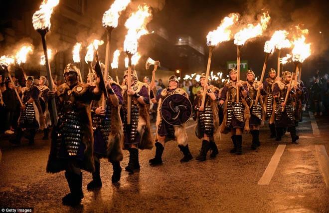 Đi diễu hành với ngọn lửa cháy rừng rực quanh thành phố.