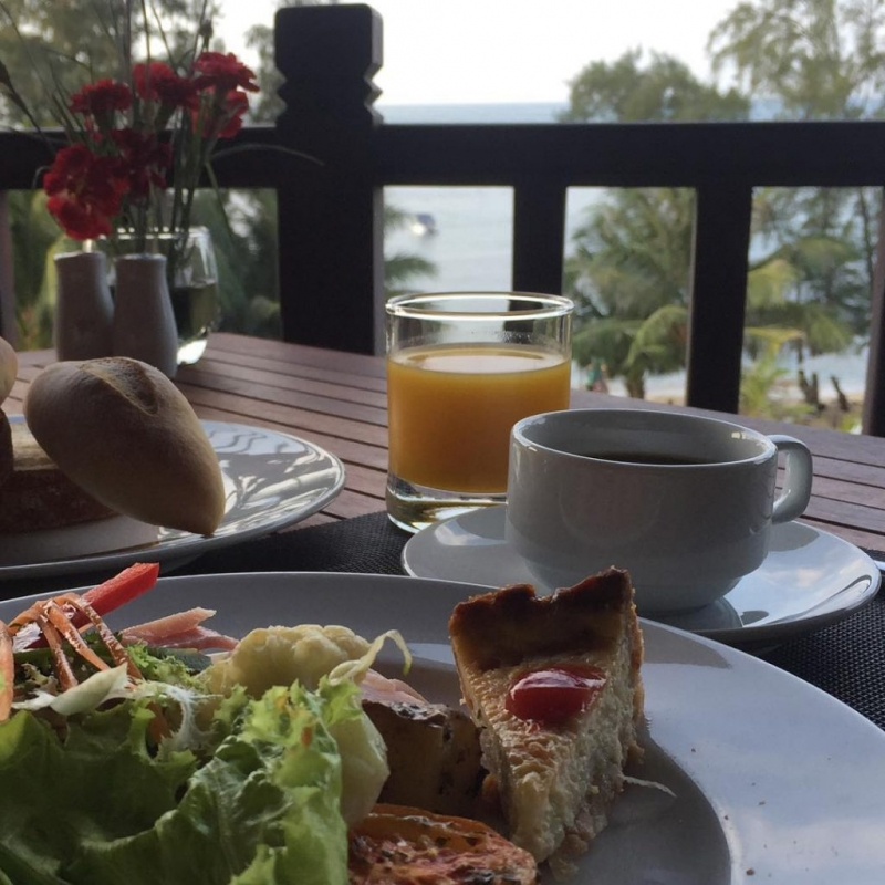 Thưởng thức bữa sáng ngon lành bên bờ biển