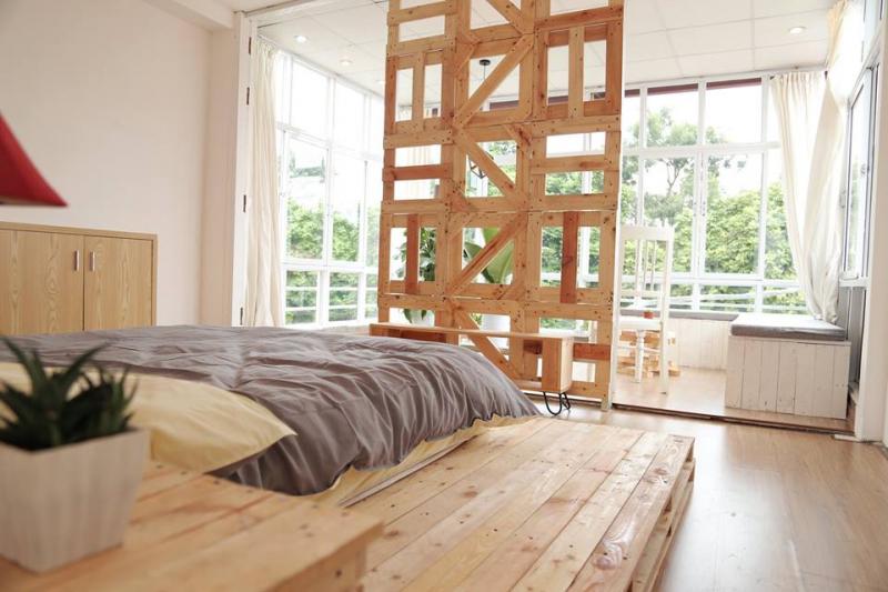 Chiếc giường được trang trí khá đơn giản nhưng bắt mắt