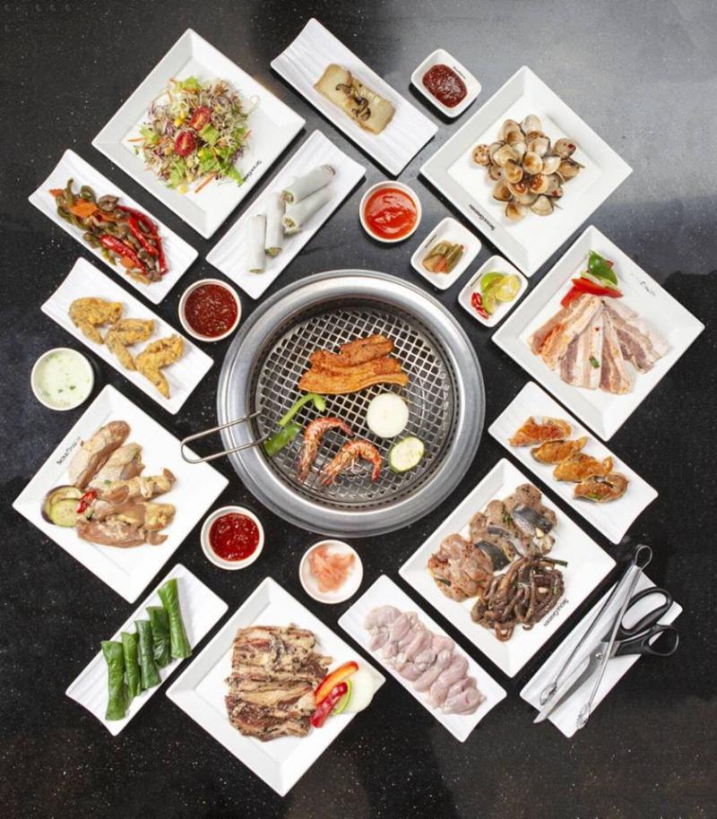 Thịt nướng tại nhà hàng được nêm nếm và tẩm ướp đậm đà, thơm ngon, ăn kèm có rất nhiều loại rau củ được chọn lọc kỹ càng.