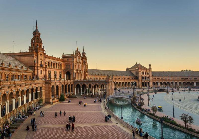 Seville với những cung điện hoàng gia, nhà thờ Gothic cổ nhất, lớn nhất Châu Âu và thế giới.