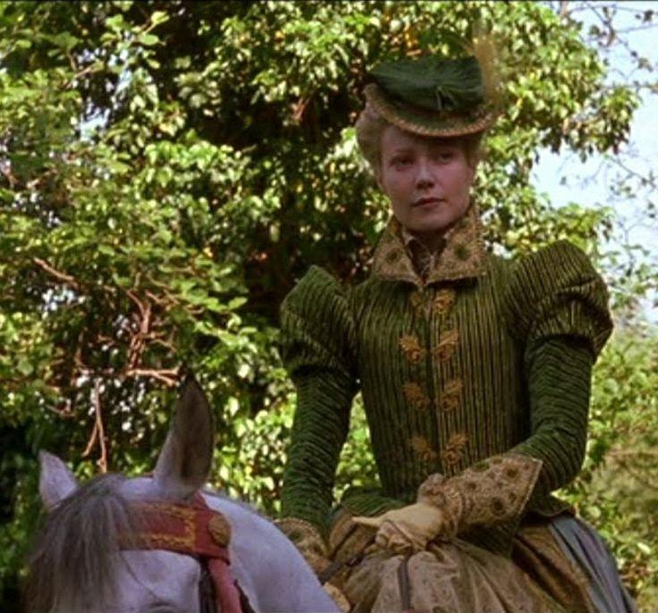 Bộ đồ cưỡi ngựa nhung xanh lá cây được Viola mặc sau khi gặp gỡ với Shakespeare bên bờ sông