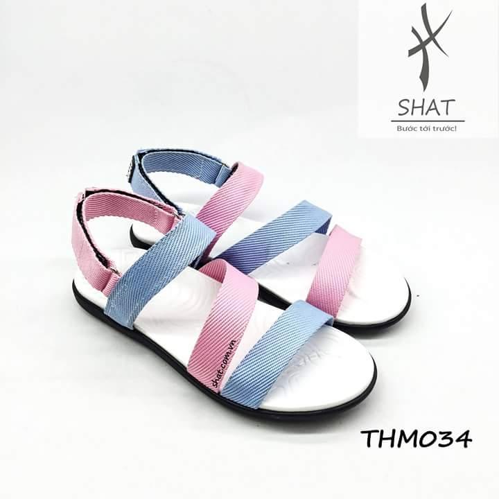 Một đôi sandal với màu sắc trẻ trung, nhẹ nhàng
