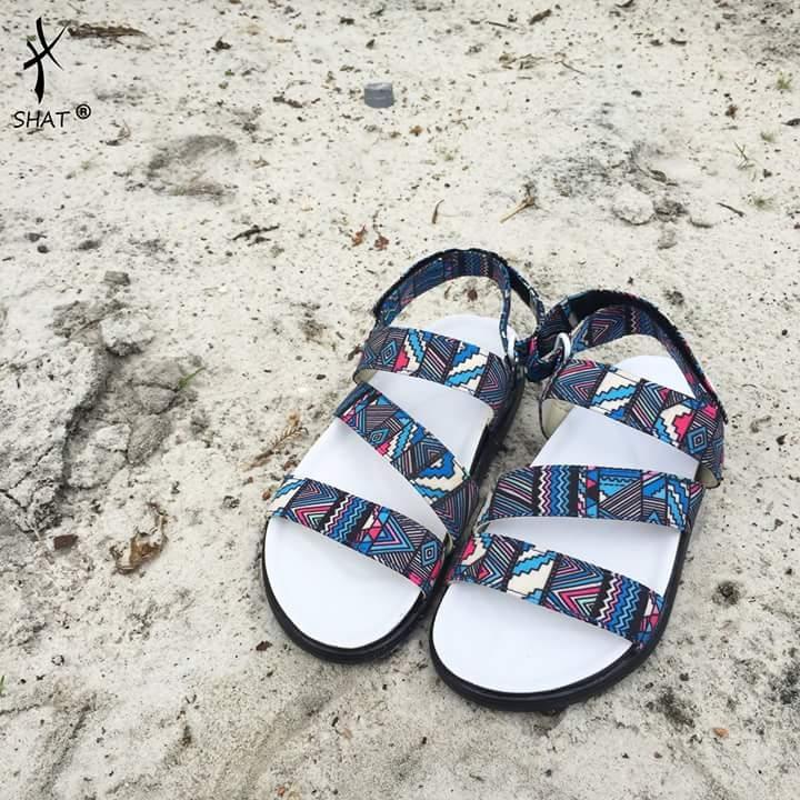 Bạn muốn có một đôi sandal với họa tiết cá tính, chất lừ này không?