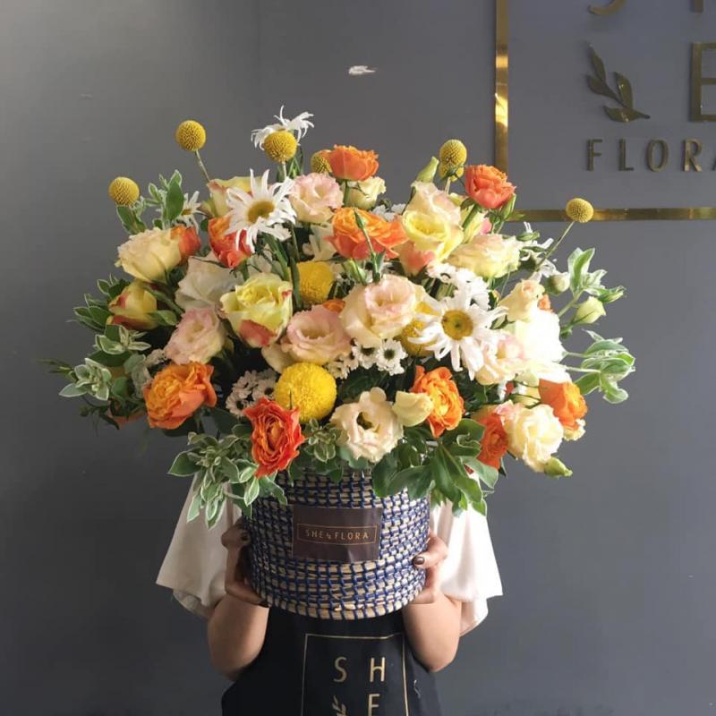 Theo đuổi phong cách cắm hoa hiện đại, trẻ trung nhưng không kém phần sang trọng, hoa của của She được gói đơn giản mà tinh tế với nhiều lựa chọn hoa bó, hoa hộp, hoa lẵng