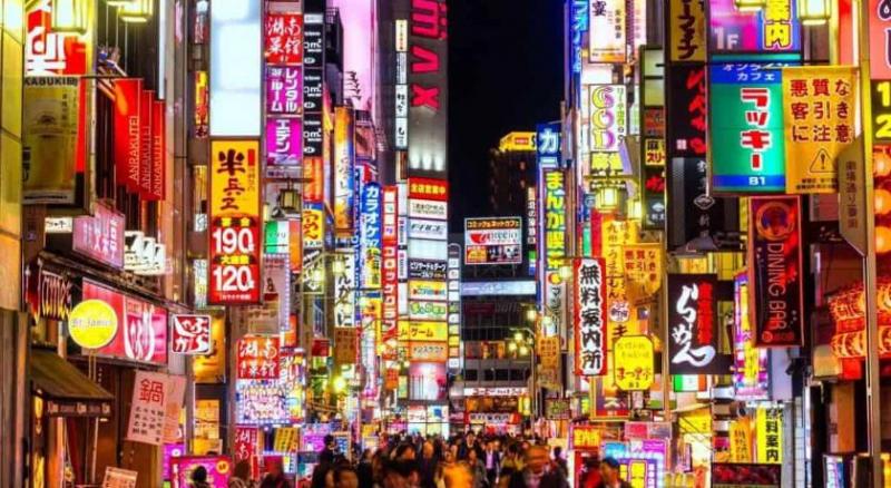Shinjuku là một khu mua sắm tấp nập, sầm uất của Tokyo