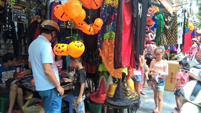 Người dân mua sắm ngày Halloween