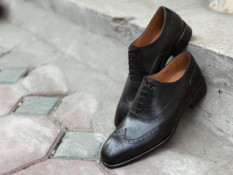 Phần mũi giày và phần xỏ dây buộc được trang trí bằng họa tiết đục lỗ rất sang và tinh xảo