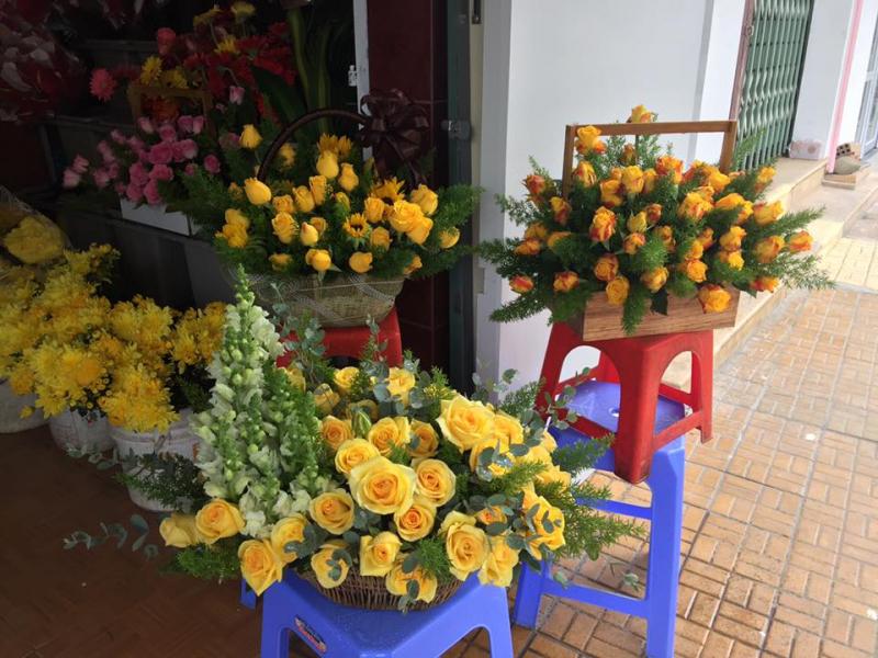 Shop Hoa Nghĩa có nhận bó hoa theo yêu cầu như hoa tặng lễ, tiệc, hội nghị,... được chuẩn bị bởi các thợ có tay nghề cao