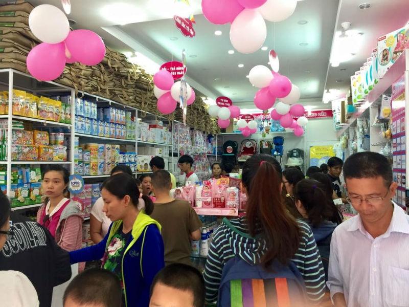 Khách hàng mua sắm tại shop Tuti Care