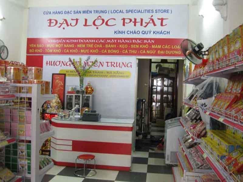 Không gian mua sắm tại siêu thị đặc sản Đại Lộc Phát.