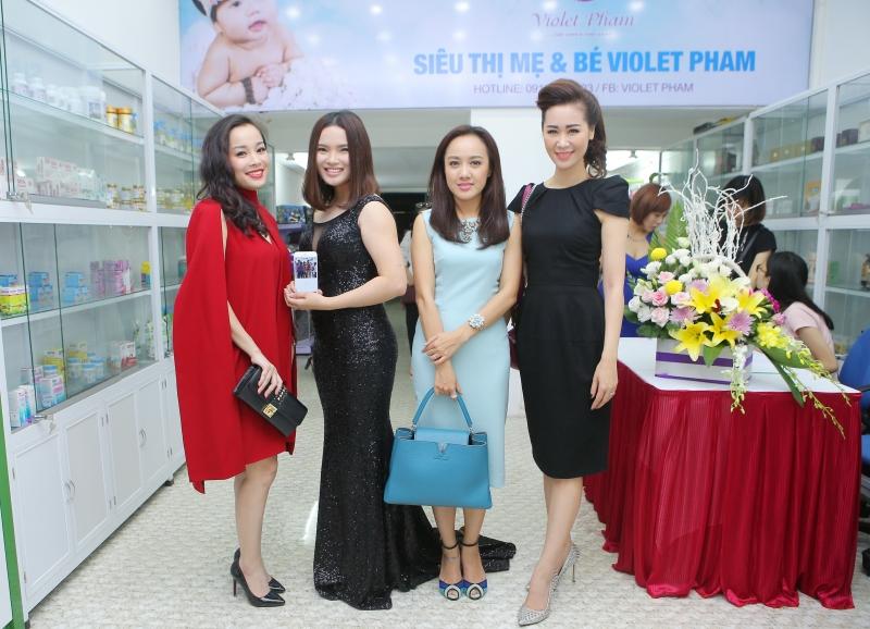 Các bà mẹ nổi tiếng chụp chung cùng Violet Pham