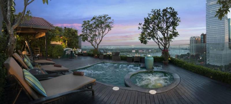 Bể bơi của khách sạn