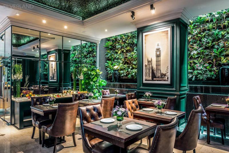 Phòng ăn được điểm thêm những tán lá xanh giúp không gian trở nên xinh đẹp, gần gũi với thiên nhiên