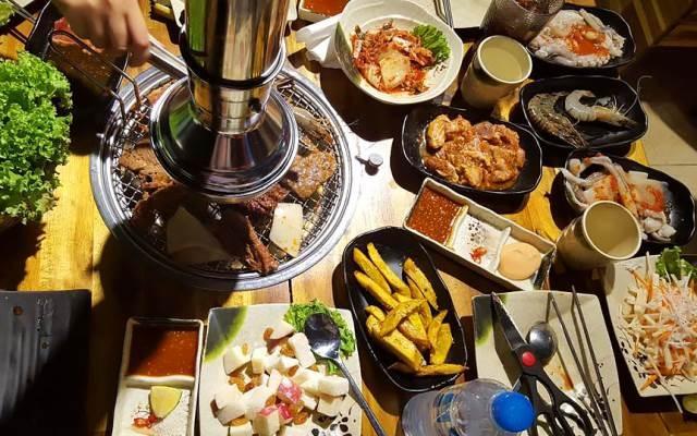Ba chỉ nướng cùng những món ăn kèm và nước sốt