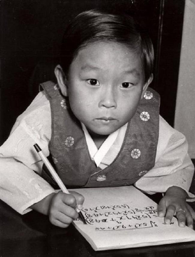 Hình ảnh khi còn nhỏ của Kim Ung-Yong