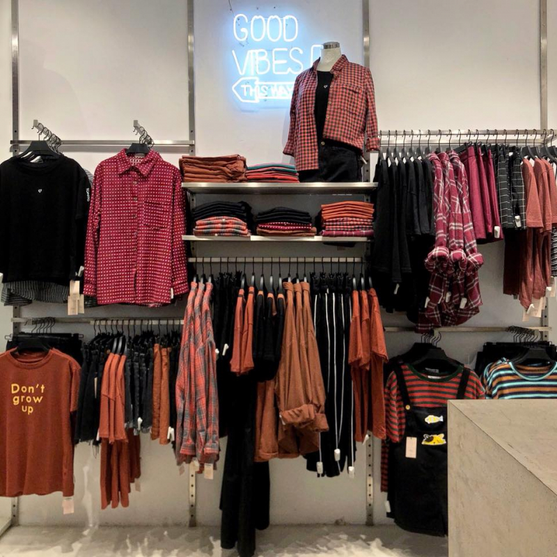 Cửa hàng Sixty Eight được sắp xếp, và trình bày vô cùng khoa học và bắt mắt, với các trang phục cùng tone màu sẽ được xếp vào một khu kệ