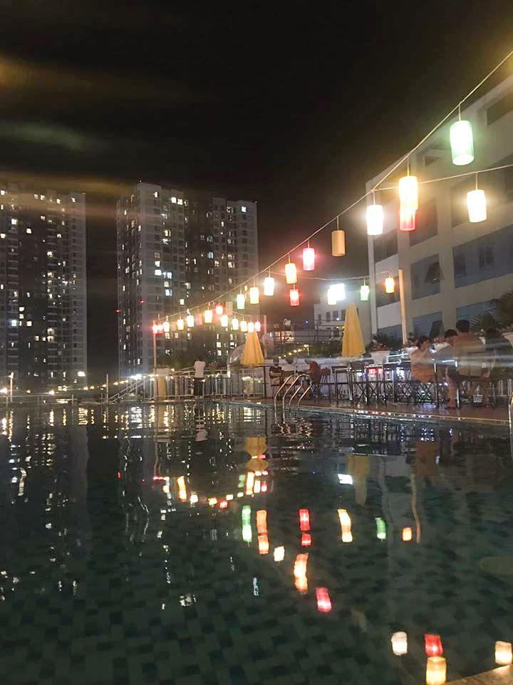 Quang cảnh trên sân thượng của Sky Garden càng lung linh hơn với hồ bơi ngoài trời