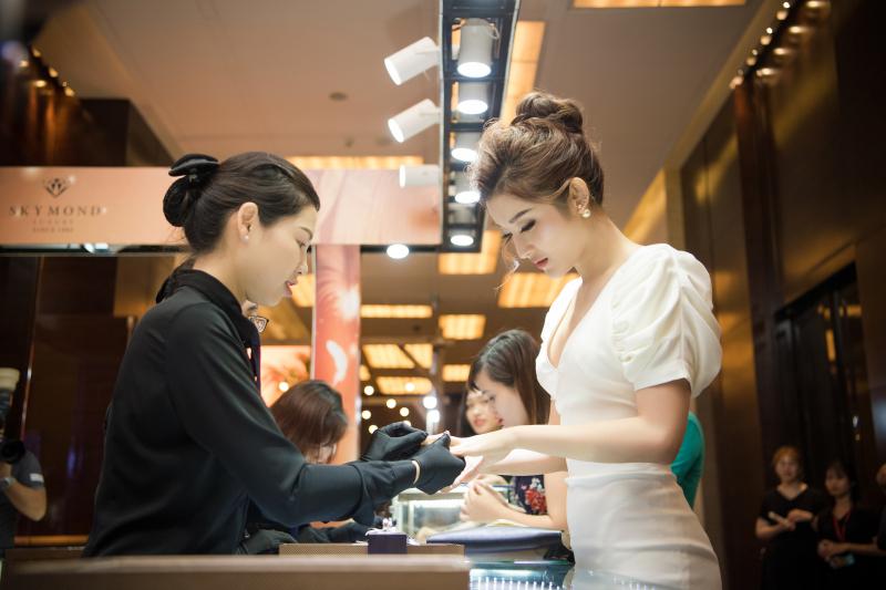 Á Hậu Huyền My đeo thử nhẫn cưới Platin gắn Kim cương tự nhiên trong buổi ra mắt BST White Elegant tại Khách sạn 5 sao Marriott, Hà Nội