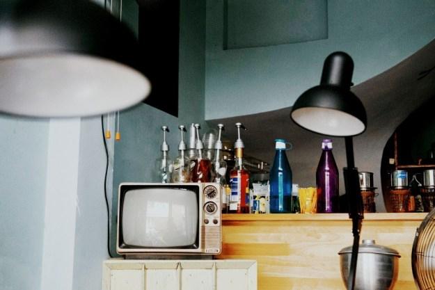 Phong cách Sài Gòn xưa với những chiếc tivi cũ, bức ảnh trắng đen