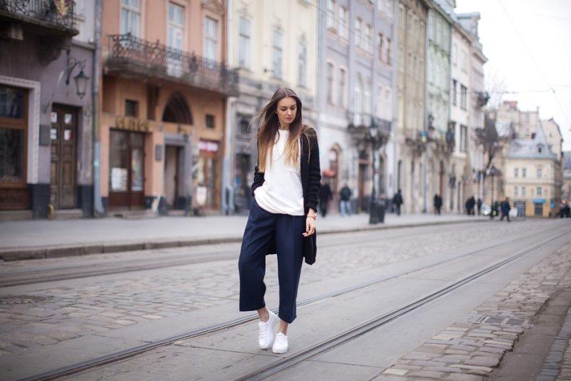 Sneaker trắng với quần cullotes