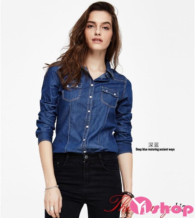 Sơ mi denim kết hợp cùng quần jeans năng động, khỏe khoắn
