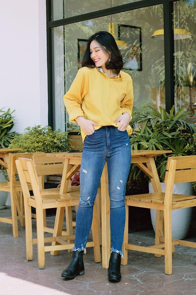 Áo sơ mi màu nổi phù hợp với quần Jean dài cá tính, lịch sự