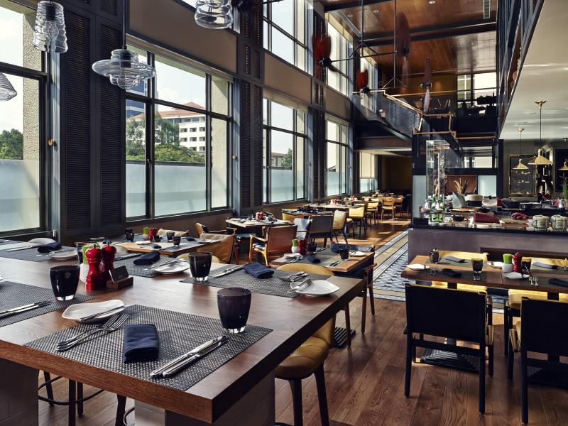Nhà hàng sang trọng với nội thất tối màu