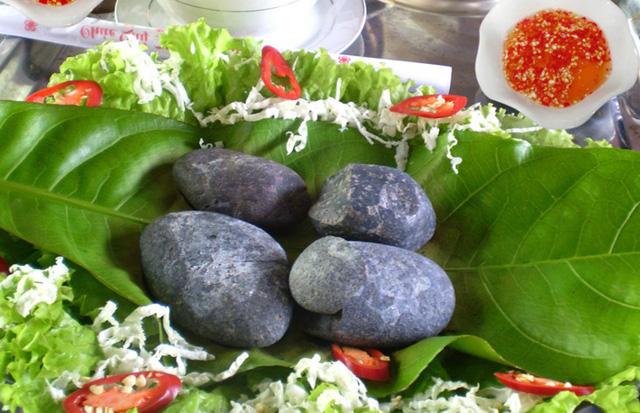 Mỗi suất ăn bao gồm 3- 4 viên sỏi được nung thật nóng, dùng để nướng chín thịt heo rừng.