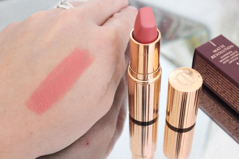 Son Charlotte Sexy Sienna được chiết xuất Lipstick Tree Extract nên cấp chất chống oxy hóa, có chiết xuất làm dịu và dưỡng ẩm cho môi sâu tận bên trong
