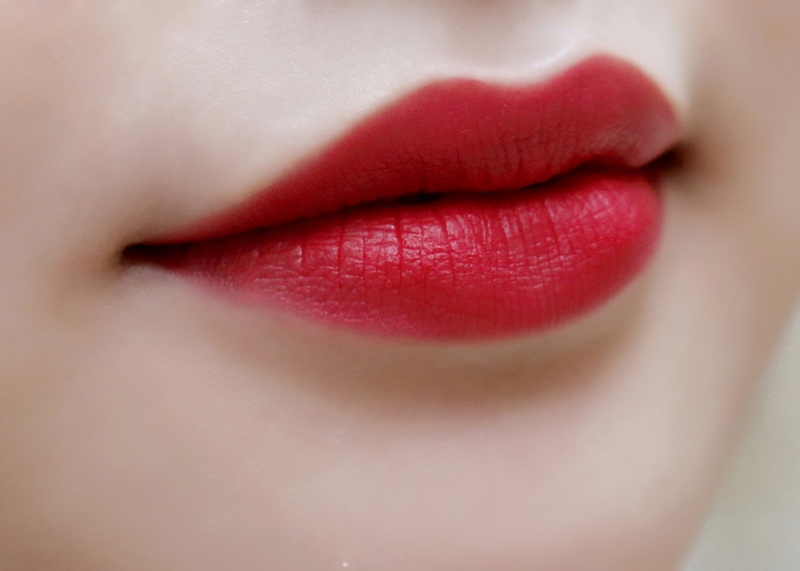 Bạn chọn màu son đỏ thật nổi bật được yêu thích rồi thoa đều lên cả môi